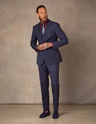 Cómo combinar: traje de tres piezas azul marino, camisa de vestir burdeos, mocasín con borlas de ante azul marino, corbata con print de flores azul marino