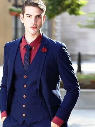 Look de moda: Traje de tres piezas azul marino, Camisa de vestir roja, Corbata de rayas verticales azul marino, Broche de solapa rojo