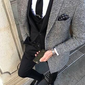 Cómo combinar: traje de tres piezas negro, blazer de tweed gris, camisa de vestir blanca, mocasín con borlas de cuero negro