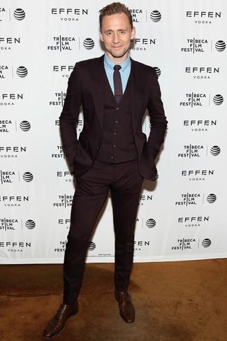 Cómo combinar: traje de tres piezas burdeos, camisa de vestir celeste, zapatos oxford de cuero en marrón oscuro, corbata estampada burdeos