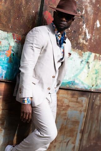Cómo combinar: traje de tres piezas de lino en beige, camisa de manga larga con print de flores azul, tenis blancos, sombrero de lana marrón
