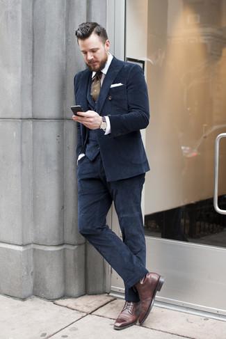 Cómo combinar: traje de tres piezas azul marino, camisa de vestir de rayas verticales en blanco y marrón, botas formales de cuero en marrón oscuro, corbata a lunares verde oliva