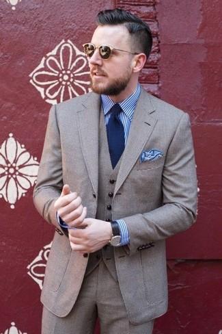 Cómo combinar: traje de tres piezas de lana gris, camisa de vestir de rayas verticales en blanco y azul, corbata azul marino, pañuelo de bolsillo celeste