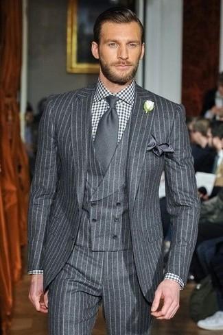 Cómo combinar: traje de tres piezas de rayas verticales gris, camisa de vestir de cuadro vichy en negro y blanco, corbata en gris oscuro, pañuelo de bolsillo de seda en gris oscuro