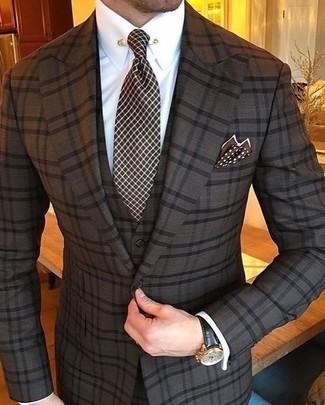 Cómo combinar: traje de tres piezas a cuadros en marrón oscuro, camisa de vestir blanca, corbata a cuadros en marrón oscuro, pañuelo de bolsillo a lunares en marrón oscuro