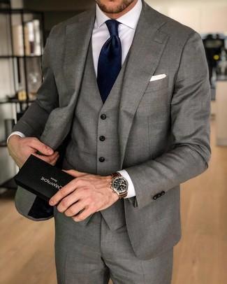 Cómo combinar: traje de tres piezas gris, camisa de vestir blanca, corbata de seda azul marino, pañuelo de bolsillo blanco
