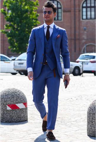 Cómo combinar: traje de tres piezas azul, camisa de vestir blanca, mocasín con borlas de ante en marrón oscuro, corbata morado oscuro