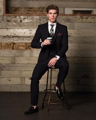 Cómo combinar: traje de tres piezas negro, camisa de vestir blanca, mocasín de cuero negro, corbata de tartán negra