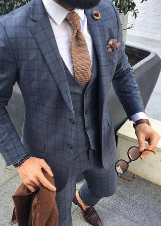 Cómo combinar: traje de tres piezas a cuadros azul marino, camisa de vestir blanca, mocasín de cuero en marrón oscuro, corbata de punto marrón claro