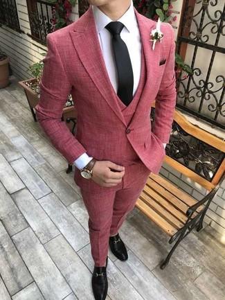 Cómo combinar: traje de tres piezas rojo, camisa de vestir blanca, mocasín de cuero negro, corbata negra