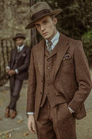 Cómo combinar: traje de tres piezas de lana marrón, camisa de vestir celeste, sombrero de lana marrón, corbata estampada verde oliva