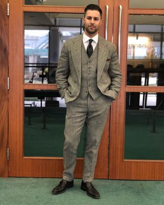Cómo combinar: traje de tres piezas de lana marrón, camisa de vestir blanca, zapatos brogue de cuero en marrón oscuro, corbata negra