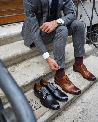 Cómo combinar: traje de tres piezas a cuadros gris, camisa de vestir blanca, zapatos brogue de cuero marrónes, corbata azul marino