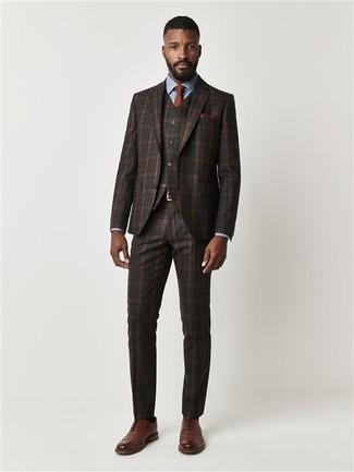 Cómo combinar: traje de tres piezas de tartán en marrón oscuro, camisa de vestir celeste, zapatos brogue de cuero marrónes, corbata en tabaco