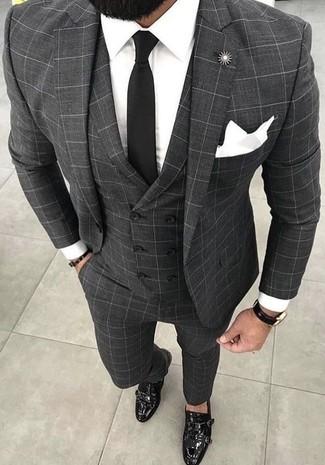Cómo combinar: traje de tres piezas a cuadros gris, camisa de vestir blanca, zapatos con doble hebilla de cuero negros, corbata negra