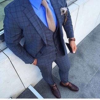 Cómo combinar: traje de tres piezas a cuadros azul marino, camisa de vestir azul, zapatos con hebilla de cuero en marrón oscuro, corbata de punto en beige