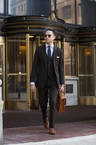 Cómo combinar: traje de tres piezas en marrón oscuro, camisa de vestir de rayas verticales blanca, zapatos oxford de cuero marrónes, portafolio de cuero marrón claro