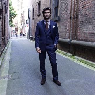 Cómo combinar: traje de tres piezas azul marino, camisa de vestir de rayas verticales en blanco y morado, zapatos oxford de ante en marrón oscuro, corbata en marrón oscuro