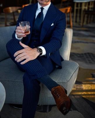 Cómo combinar: traje de tres piezas de rayas verticales azul marino, camisa de vestir blanca, zapatos oxford de cuero marrónes, corbata azul marino