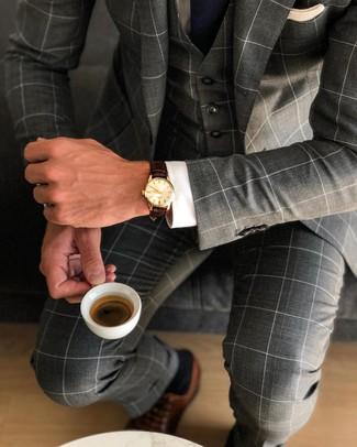 Cómo combinar: traje de tres piezas a cuadros en gris oscuro, camisa de vestir blanca, zapatos oxford de cuero marrónes, corbata azul marino