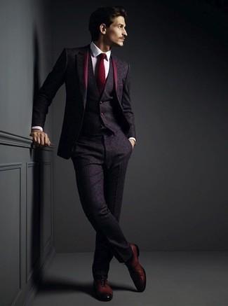 Cómo combinar: traje de tres piezas de lana morado oscuro, camisa de vestir blanca, zapatos oxford de cuero burdeos, corbata burdeos