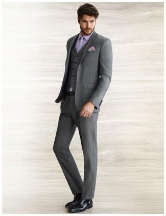 Cómo combinar: traje de tres piezas en gris oscuro, camisa de vestir violeta claro, zapatos oxford de cuero negros, corbata a lunares gris