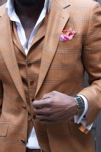Cómo combinar: traje de tres piezas de tartán marrón, camisa de vestir blanca, pañuelo de bolsillo estampado rosado
