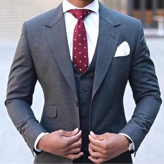 Cómo combinar: traje de tres piezas en gris oscuro, camisa de vestir blanca, corbata a lunares burdeos, pañuelo de bolsillo blanco