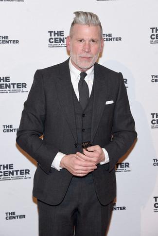 Cómo combinar: traje de tres piezas en gris oscuro, camisa de vestir blanca, corbata en gris oscuro, pañuelo de bolsillo blanco