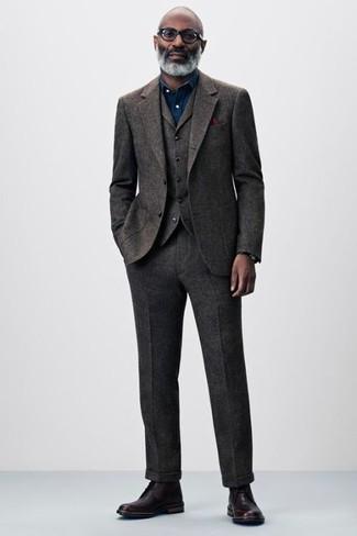 Cómo combinar: traje de tres piezas de lana en marrón oscuro, camisa de vestir de cambray azul marino, botas formales de cuero burdeos, pañuelo de bolsillo burdeos