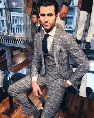 Cómo combinar: traje de tres piezas de lana a cuadros gris, camisa de vestir blanca, corbata de lana azul marino, pañuelo de bolsillo a lunares azul marino