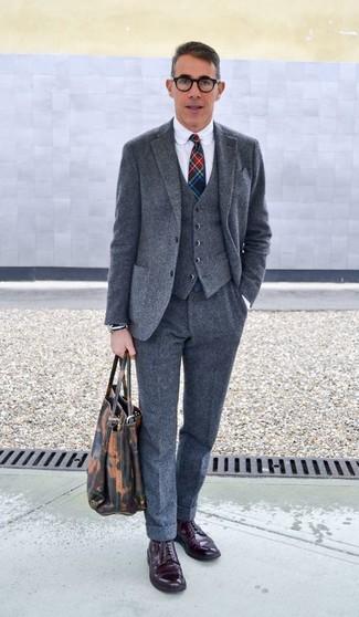 Cómo combinar: traje de tres piezas de lana gris, camisa de vestir blanca, zapatos derby de cuero burdeos, corbata de tartán en multicolor