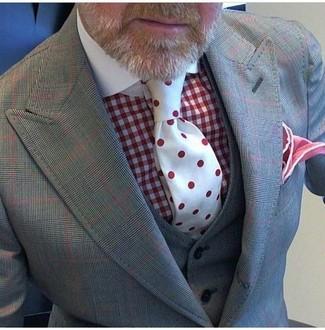 Cómo combinar: traje de tres piezas a cuadros gris, camisa de vestir de cuadro vichy roja, corbata a lunares roja, pañuelo de bolsillo rojo