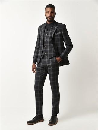 Cómo combinar: traje de tres piezas de tartán en gris oscuro, jersey con cuello circular negro, zapatos brogue de cuero negros, pañuelo de bolsillo a lunares en negro y blanco