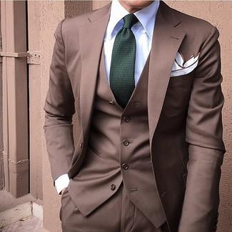 Cómo combinar: traje de tres piezas marrón, camisa de vestir blanca, corbata verde oscuro, pañuelo de bolsillo blanco