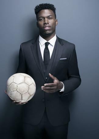 Cómo combinar: traje de tres piezas negro, camisa de vestir blanca, corbata negra, pañuelo de bolsillo blanco