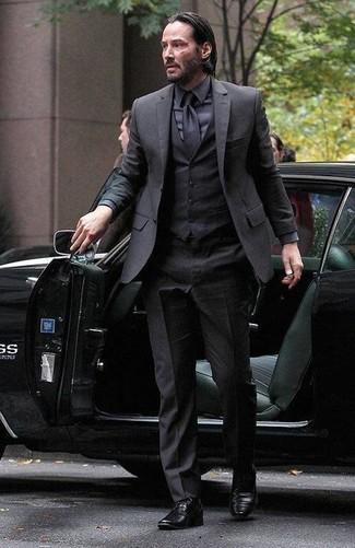 Traje de tres piezas negro camisa de vestir negra zapatos derby negros large 14474