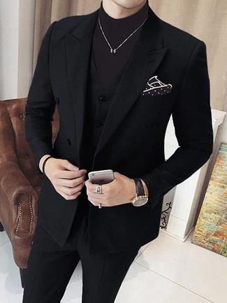 Cómo combinar: traje de tres piezas negro, jersey de cuello alto en marrón oscuro, pañuelo de bolsillo a lunares en marrón oscuro, reloj de cuero negro