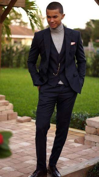 Cómo combinar: traje de tres piezas negro, jersey de cuello alto gris, zapatos derby de cuero negros