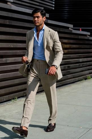 Cómo combinar: traje de lino en beige, camisa de manga larga celeste, mocasín con borlas de cuero en marrón oscuro, reloj de cuero en marrón oscuro