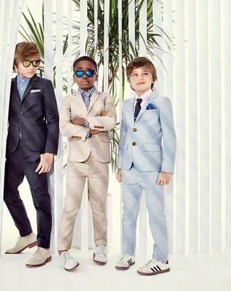 Cómo combinar: traje en beige, camisa de manga larga de cuadro vichy en blanco y negro, zapatos oxford blancos, corbata gris
