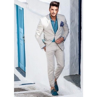 Cómo combinar: traje en beige, camisa de manga larga en turquesa, zapatos derby de cuero en verde azulado, pañuelo de bolsillo azul marino