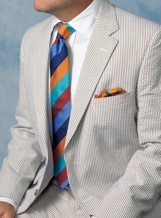 Cómo combinar: traje de seersucker en beige, camisa de vestir blanca, corbata de rayas horizontales en multicolor, pañuelo de bolsillo estampado en multicolor