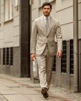 Cómo combinar: traje en beige, camisa de vestir blanca, mocasín de cuero marrón, corbata gris