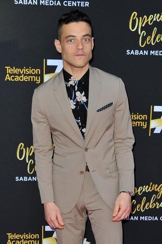 Cómo combinar: traje en beige, camisa de vestir con print de flores negra, pañuelo de bolsillo a lunares en negro y blanco