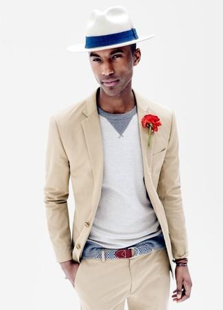 Cómo combinar: traje en beige, jersey con cuello circular gris, sombrero de paja blanco