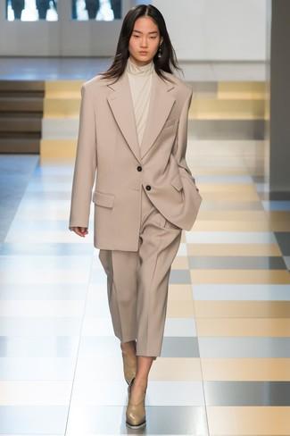 Cómo combinar: traje en beige, jersey de cuello alto en beige, zapatos de tacón de cuero en beige
