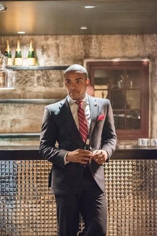 Cómo combinar: traje en gris oscuro, camisa de vestir blanca, corbata de rayas verticales roja, pañuelo de bolsillo rojo