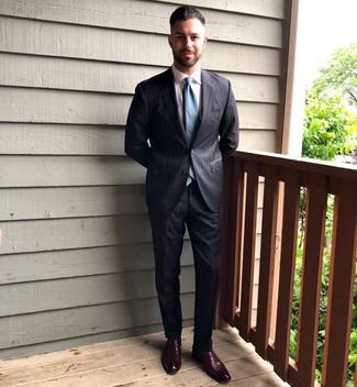 Cómo combinar: traje de rayas verticales en gris oscuro, camisa de vestir blanca, mocasín de cuero burdeos, corbata en verde azulado
