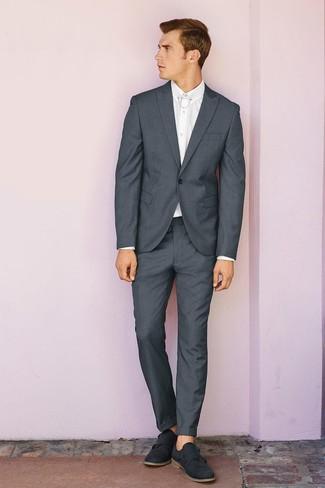 Cómo combinar: traje en gris oscuro, camisa de vestir blanca, zapatos con doble hebilla de ante en gris oscuro